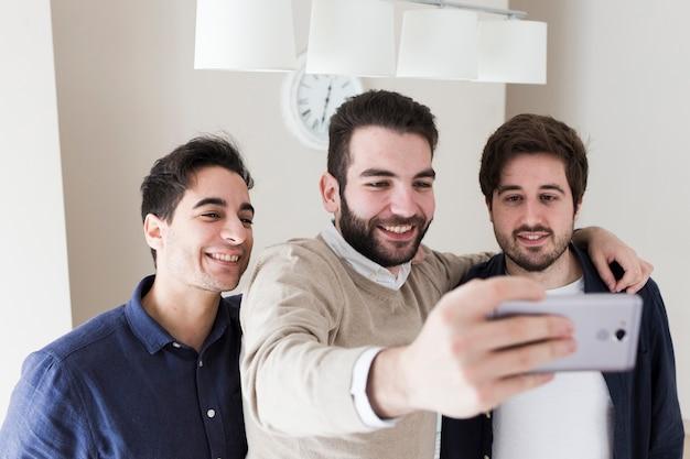 Mężczyźni biorąc selfie w biurze