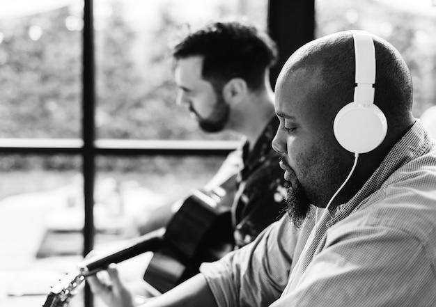 Mężczyźni cieszą się muzyką razem