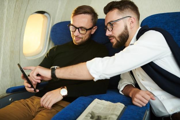 Mężczyźni cieszący się lotem