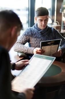 Mężczyźni czyta menu w kawiarni