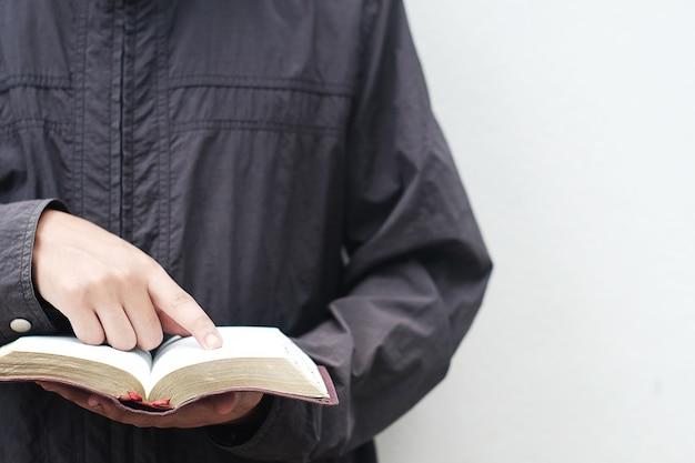 Mężczyźni czytają biblię.