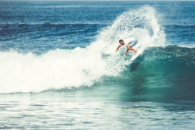 Mężczyźni i dziewczęta surfują