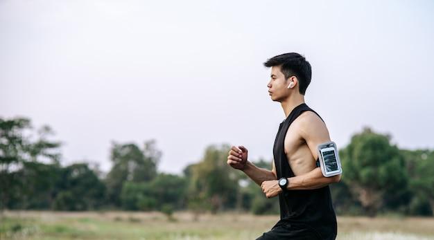Mężczyźni i kobiety ćwiczą biegając po drodze.