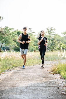 Mężczyźni i kobiety ćwiczą biegając.