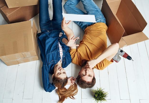 Mężczyźni i kobiety leżą na podłodze