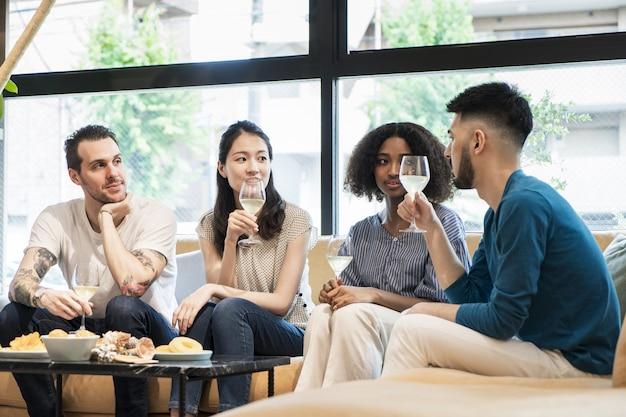 Mężczyźni i kobiety na przyjęciu domowym