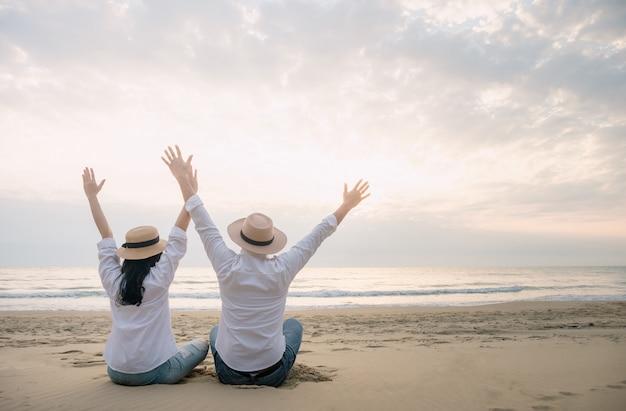 Mężczyźni i kobiety podróżują po plaży z radością spędzając relaksujący dzień.