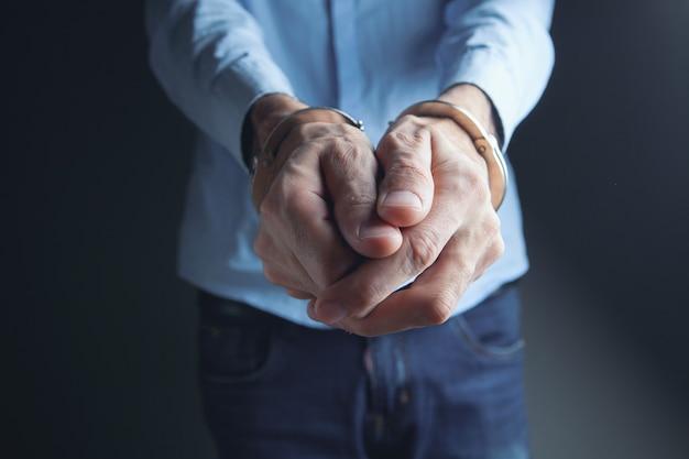 Mężczyźni kajdankami w koncepcji kryminalnej