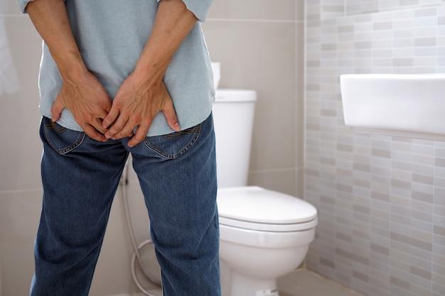 Mężczyźni mają biegunkę i szukają gówna.