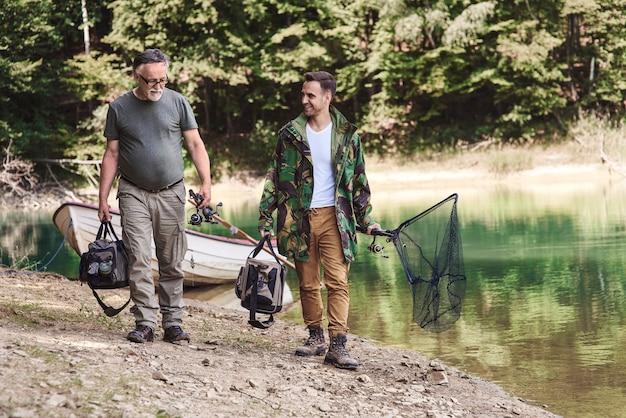 Mężczyźni mający swoją ulubioną weekendową aktywność
