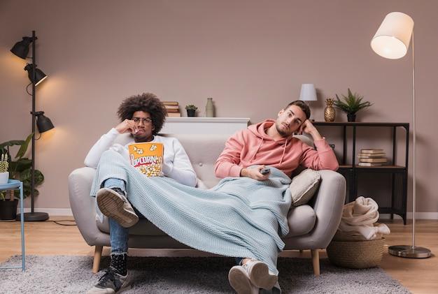Mężczyźni na kanapie oglądają film