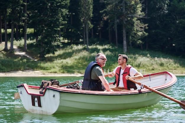 Mężczyźni na łodzi wiosłowej podczas wyprawy na ryby