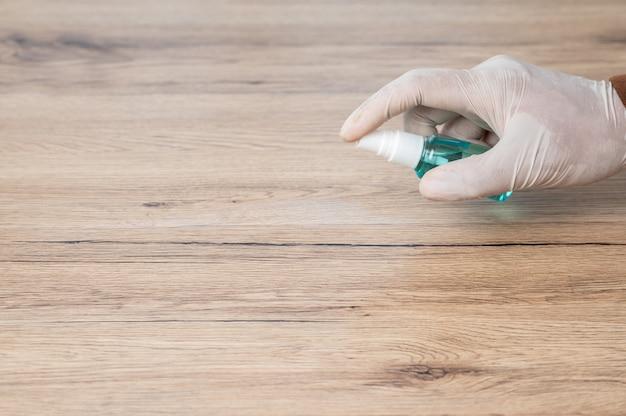 Mężczyźni noszą białe rękawiczki oraz używają alkoholu i szmatek do czyszczenia drewnianych podłóg, aby zapobiec wirusom.