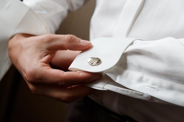Mężczyźni noszą spinki do mankietów