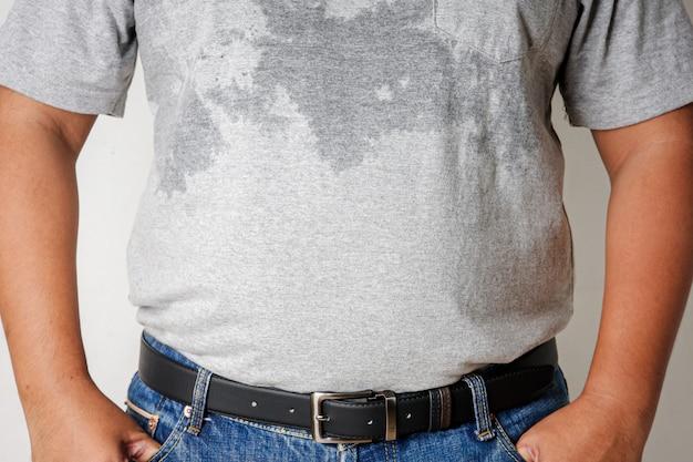 Mężczyźni noszą szare koszule dresowe przy koszuli z powodu upałów.