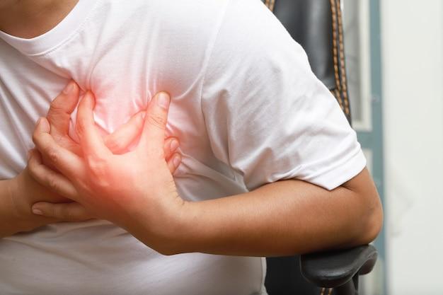 Mężczyźni odczuwają ból w klatce piersiowej związany z chorobą sercowo-naczyniową. zawał serca, problemy z oddychaniem, koncepcja opieki zdrowotnej w przypadku bólu w klatce piersiowej