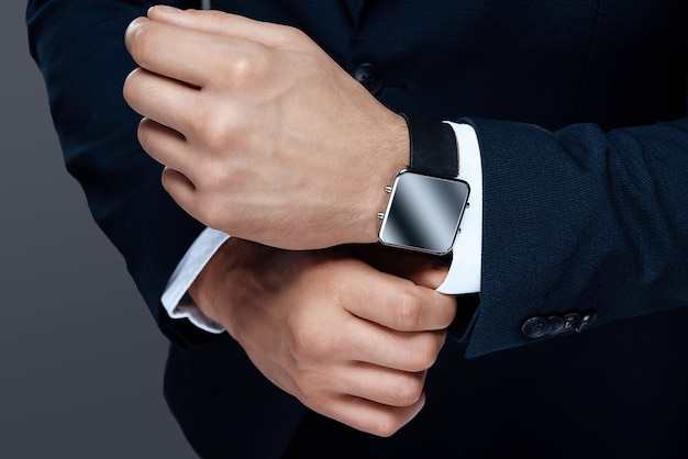 Mężczyźni oglądać na rękę z zbliżeniem zegara.