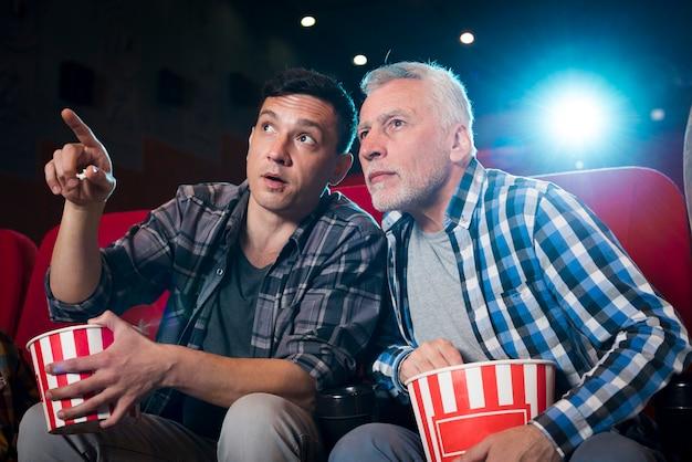 Mężczyźni oglądający film w kinie