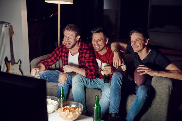Mężczyźni oglądający zawody futbolu amerykańskiego