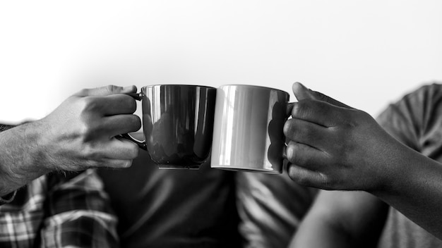 Mężczyźni opiekania filiżankę kawy razem