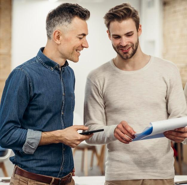 Mężczyźni opowiadają o projekcie w pracy