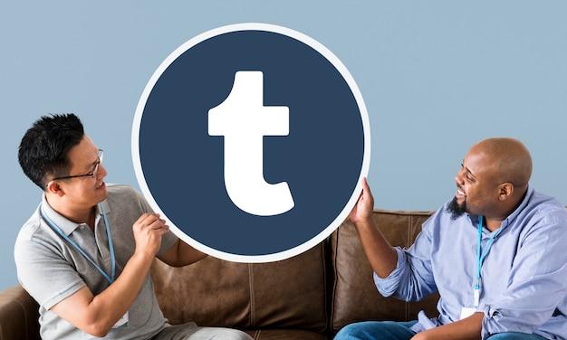 Mężczyźni pokazujący ikonę tumblr