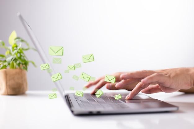 Mężczyźni ręcznie wpisując na komputerze przenośnym. koncepcja wysyłania e-maili.