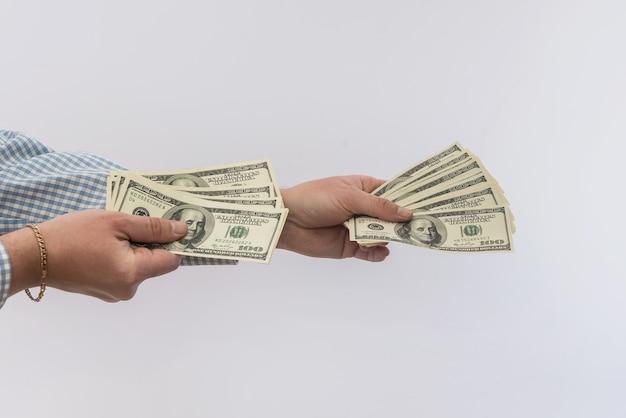 Mężczyźni ręka trzymają nas rachunki na białym tle, koncepcja finansów