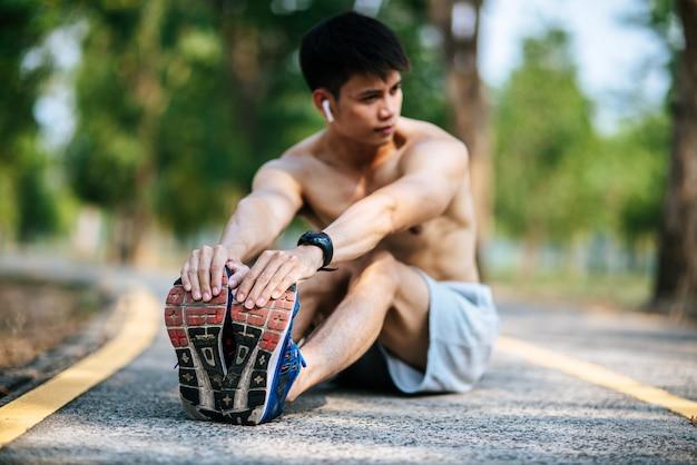 Mężczyźni rozgrzewają się przed i po treningu