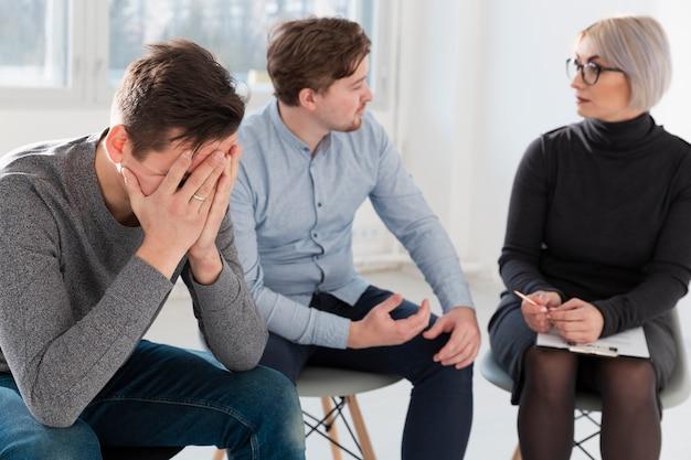 Mężczyźni rozmawiają z lekarzem rehabilitacji