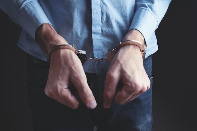 Mężczyźni skuty kajdankami w koncepcji kryminalnej