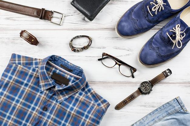 Mężczyźni stylowa odzież casual i akcesoria na drewniane tła.