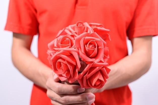 Mężczyźni trzymają bukiet róż w walentynki
