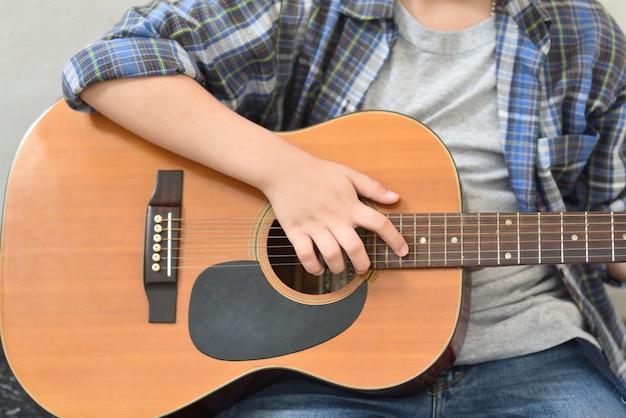 Mężczyźni używają gitarowych uchwytów do grania na akordach gitarowych.