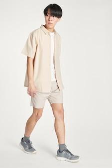 Mężczyźni w beżowej koszuli w minimalistycznym stroju