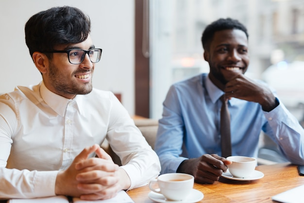 Mężczyźni w kawiarni