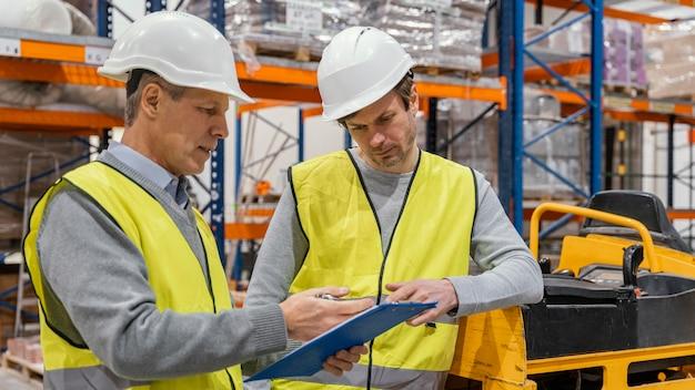 Mężczyźni w pracy w magazynie