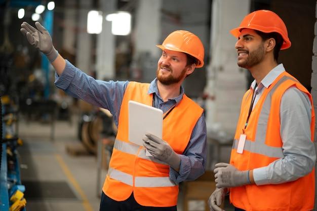 Mężczyźni w sprzęcie ochronnym w pracy