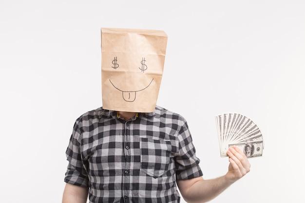 Mężczyźni w szczęśliwej masce papierowej torby z papierowymi rachunkami na białym tle