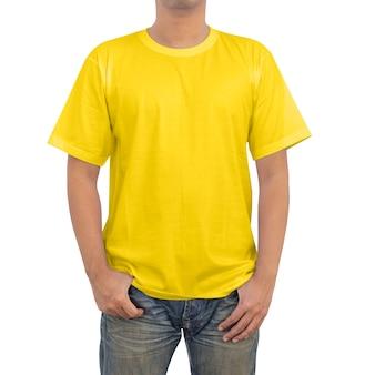 Mężczyźni w żółtym t-shircie