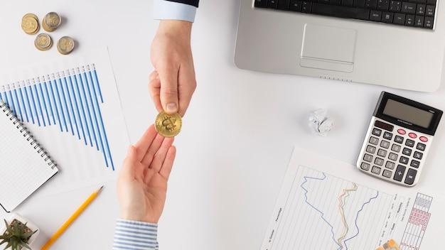 Mężczyźni wymieniający bitcoiny z miejscem na kopię