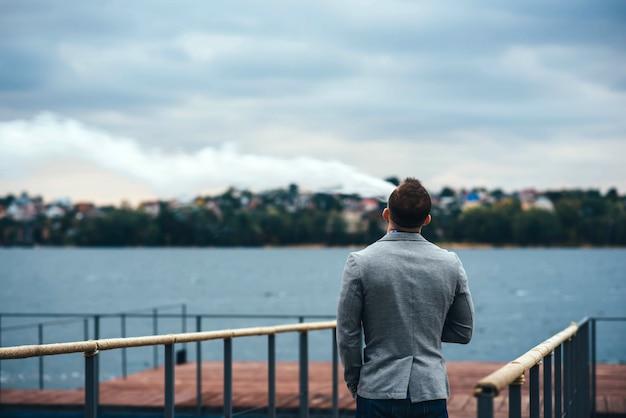 Mężczyźni z brodą palenia papierosów elektronicznych na zewnątrz