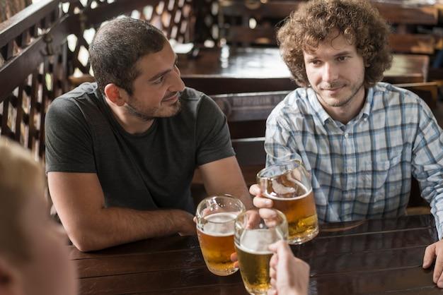 Mężczyźni z gorzałą odpoczynku przy barze tabeli