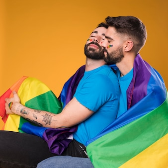 Mężczyźni z przytuleniem do flagi lgbt