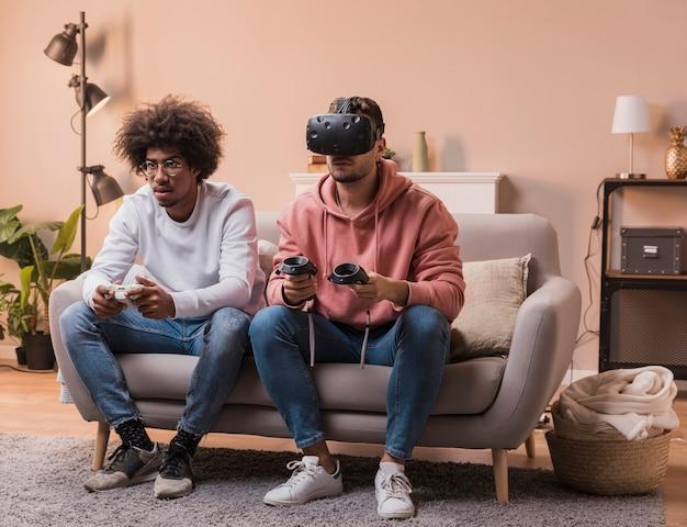 Mężczyźni z wirtualnym zestawem słuchawkowym i joystickiem