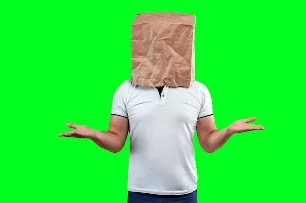 Mężczyźni zakładają na głowę papierową torbę, rozkładają ręce, wspierają motywację. izoluj na zielonym tle, obrazy można łatwo przycinać, aby używać w dowolnym miejscu, kopiować przestrzeń.