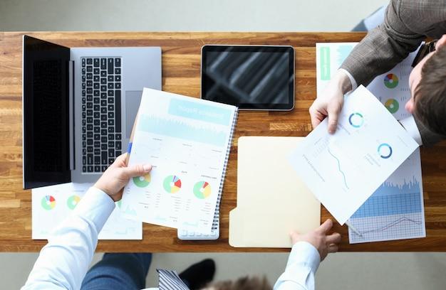 Mężczyźni zawierają umowę na analizę statystyczną, zarządzanie. biznesplan opracowuje strategię rozwoju przedsiębiorstwa. dokładne uzasadnienie wskaźników finansowych. zidentyfikuj konkretne obszary firmy