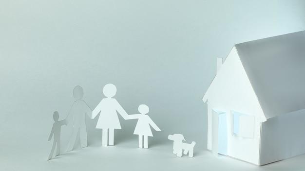 Mężczyźni zrobieni z papieru i papieru house.the koncepcja hipoteki.photo z miejscem na kopię