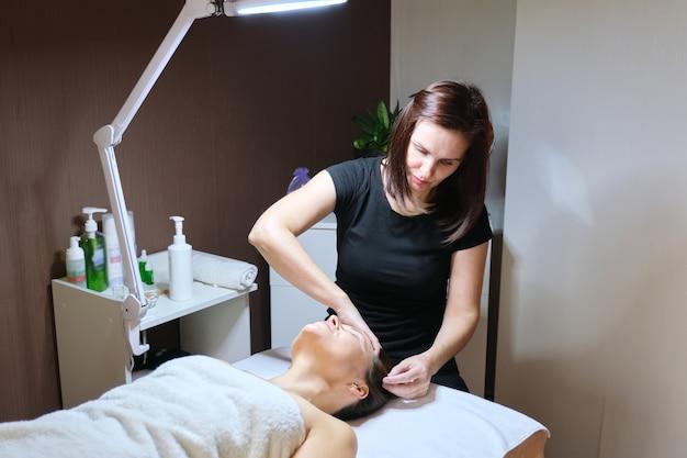 Mezoterapia, pielęgnacja włosów. dojrzała kobieta z problemem wypadania włosów poddawana leczeniu w klinice, kosmetyki wzmacniające i wzmacniające włosy