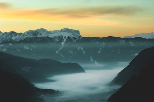 Mgła na górze podczas zmierzchu